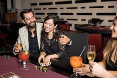 Pares na data em um casino imagens de stock royalty free