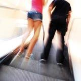 Pares na escada rolante foto de stock royalty free