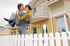 Pares na frente da casa one-family imagem de stock royalty free
