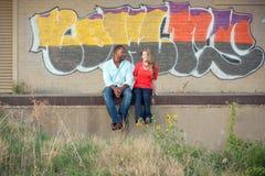 Pares na frente dos grafittis Fotos de Stock