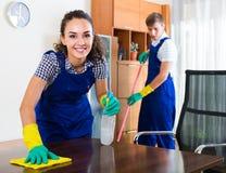 Pares na limpeza uniforme dentro imagem de stock royalty free