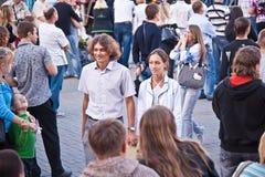 Pares na multidão em viagens de prazer Imagens de Stock Royalty Free