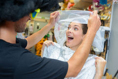 Pares na noiva da mulher da loja do vestido de fantasia fotografia de stock