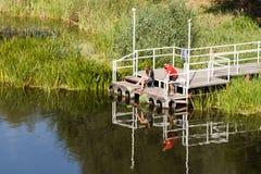 Pares na pesca da ponte Imagens de Stock Royalty Free