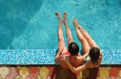 Pares na piscina Imagem de Stock