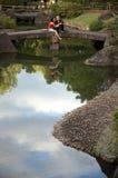 Pares na ponte de pedra Imagem de Stock Royalty Free