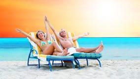 Pares na praia Imagens de Stock Royalty Free