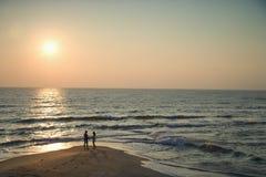 Pares na praia. imagens de stock