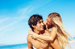 Pares na praia Imagem de Stock