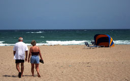 Pares na praia Fotografia de Stock
