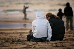 Pares na praia Fotos de Stock