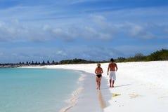 Pares na praia branca da areia Foto de Stock