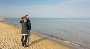 Pares na praia do outono Imagem de Stock