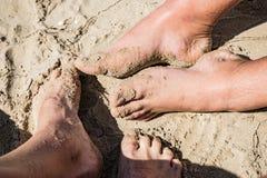 Pares na praia Feche acima da imagem dos pés fotografia de stock
