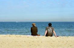 Pares na praia, Melbourne Foto de Stock