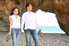Pares na praia no amor imagens de stock royalty free