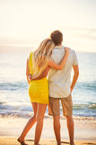Pares na praia no por do sol imagem de stock royalty free