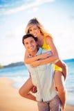 Pares na praia no por do sol foto de stock royalty free