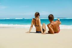 Pares na praia no verão Povos românticos na areia no recurso foto de stock royalty free