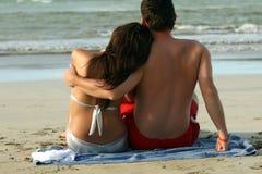 Pares na praia tropical Foto de Stock Royalty Free