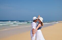 Pares na roupa branca que dança em uma praia Fotografia de Stock
