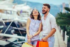 Pares nas férias que apreciam o curso e a compra fotografia de stock