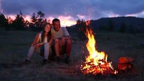 Pares no acampamento com fogueira filme