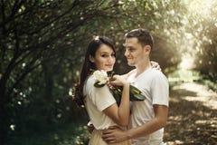 Pares no amor - começo de Love Story Um homem e uma data romântica da menina em um parque Fotografia de Stock Royalty Free