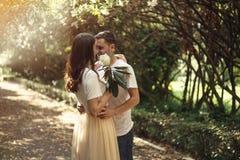 Pares no amor - começo de Love Story Um homem e uma data romântica da menina em um parque Imagem de Stock Royalty Free