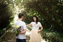 Pares no amor - começo de Love Story Um homem e uma data romântica da menina em um parque Imagens de Stock Royalty Free