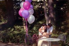 Pares no amor - começo de Love Story Um homem e uma data romântica da menina em um parque imagens de stock
