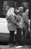 Pares no amor em um lugar público Imagens de Stock