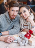 Pares no amor em uma data no café no dia de Valentim fotos de stock royalty free