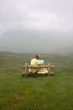 Pares no amor em uma parte superior da montanha Fotografia de Stock