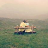 Pares no amor em uma parte superior da montanha Foto de Stock Royalty Free