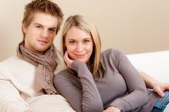 Pares no amor - feliz relaxe em casa fotografia de stock