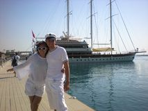 Pares no amor no fundo do mar e do iate Viagem no iate de um par novo imagens de stock royalty free