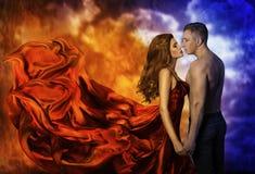 Pares no amor, homem frio da mulher quente do fogo, beijo romântico