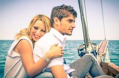 Pares no amor - lua de mel no barco de navigação Imagens de Stock