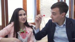 Pares no amor na ceia do restaurante, um indivíduo que alimenta uma menina com um vídeo da metragem do estoque da baga vídeos de arquivo