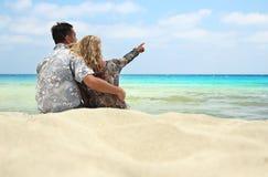Pares no amor na costa do mar Imagens de Stock