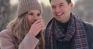 Pares no amor na floresta do inverno para beber o chá de uma garrafa térmica Homem e mulher à moda em um revestimento no parque n vídeos de arquivo
