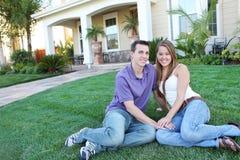 Pares no amor na frente da HOME Imagens de Stock Royalty Free