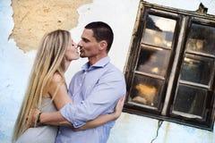 Pares no amor na frente de uma casa velha Imagens de Stock