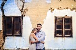 Pares no amor na frente de uma casa velha Foto de Stock