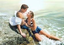 Pares no amor na praia foto de stock