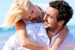 Pares no amor na praia do verão fotografia de stock