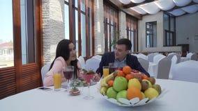 Pares no amor no restaurante que fala no vídeo da metragem do estoque do jantar filme