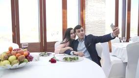 Pares no amor no restaurante que faz o selfie no vídeo da metragem do estoque do iPhone vídeos de arquivo