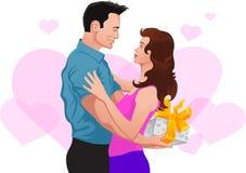 Pares no amor. O homem dá um presente à mulher Fotos de Stock Royalty Free